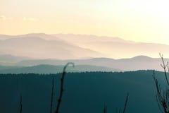 Heuvels in nevel Royalty-vrije Stock Afbeeldingen