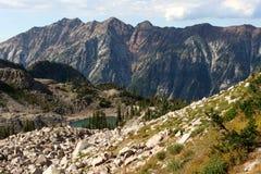 Heuvels over het Witte Meer van de Pijnboom Stock Afbeeldingen