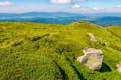 Heuvels van bergrand met reusachtige keien Stock Foto