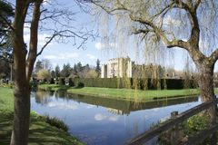 Hever城堡,在树之间 免版税库存图片