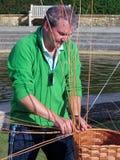 HEVER, KENT/UK - 16 ΣΕΠΤΕΜΒΡΊΟΥ: Κατασκευαστής καλαθιών σε Hever Castle μέσα Στοκ εικόνες με δικαίωμα ελεύθερης χρήσης