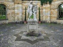HEVER, KENT/UK - CZERWIEC 28: Stara statua Eagle i młody człowiek ja Obraz Royalty Free