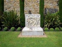 HEVER, KENT/UK - CZERWIEC 28: Stary pomnik w ogródzie przy Hever C Obraz Royalty Free