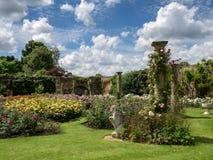 HEVER, KENT/UK - CZERWIEC 28: Widok ogród przy Hever kasztelem wewnątrz Zdjęcia Royalty Free