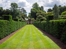 HEVER KENT/UK - JUNI 28: Sikt av trädgården på den Hever slotten på arkivfoton