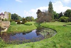 Hever slottträdgård i England royaltyfria bilder