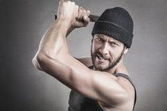 Hevige mens die een moersleutel of een moersleutel met behulp van als wapen Stock Fotografie