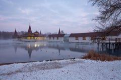 Heviz温泉在晚上在冬天 免版税库存图片