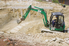 HEVIZ,匈牙利- 2013年8月:推土机,挖掘机开掘 免版税库存图片