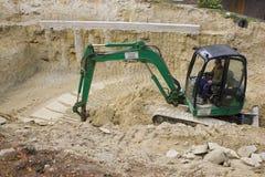 HEVIZ,匈牙利- 2013年8月:推土机,挖掘机开掘 免版税库存照片
