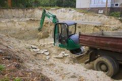HEVIZ,匈牙利- 2013年8月:推土机,挖掘机开掘 库存照片