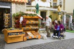 HEVIZ, HONGARIJE - 29 AUGUSTUS, 2013: De niet geïdentificeerde mensen kiezen producten Stock Fotografie