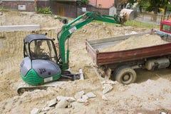 HEVIZ, HONGRIE - AOÛT 2013 : Bouteur, excavatrice Digging Image stock