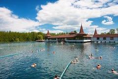 Heviz, Hungría - 26 de mayo de 2017: Porciones de bañistas en el balneario de Heviz LAK imágenes de archivo libres de regalías
