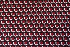 Hexágonos rojos, blancos y negros en tela Imagen de archivo