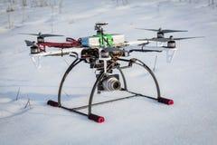 Hexacopter-Brummen auf Schnee Lizenzfreies Stockfoto