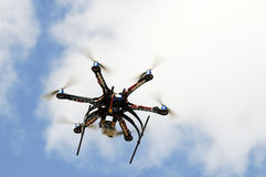 Hexacopter flygplanmodell i flyg Royaltyfri Bild