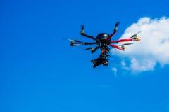 Hexacopter met fotocamera tijdens de vlucht in bijlage Stock Fotografie