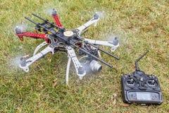 Hexacopter surr med kameran Arkivfoto