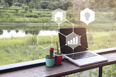Hexagon τεχνολογία με το εικονίδιο πέρα από το lap-top στον ξύλινο πίνακα Στοκ φωτογραφίες με δικαίωμα ελεύθερης χρήσης