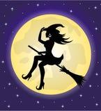 Hexe auf einem Besenstiel auf dem Hintergrund des Mondes Stockfotos