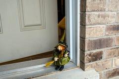 Hexe auf Halloween-Fest auf der Türstufe des Hauses Stockfoto