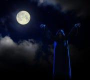 Hexe auf Hintergrund des nächtlichen Himmels Stockbilder