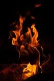 Hexe, die Banne am Feuer macht Lizenzfreie Stockbilder