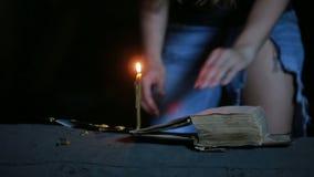 Hexe, die das magische Ritual hält Altes Buch und Kerze Halloween stock video