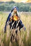 Hexe, die eine Feuerkugel hält lizenzfreie stockfotografie
