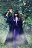 Hexe, die eine Feuerkugel hält stockfoto