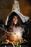 Hexe, die in einem kupfernen großen Kessel kocht Stockfoto