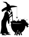 Hexe, die einen Trank in einem großen Kessel braut Lizenzfreies Stockfoto
