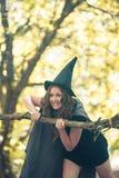 Hexe in Halloween Porträtvertikale stockfotos
