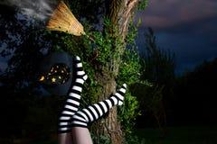 Hexe ist von ihrem Broomstick gefallen Stockbild