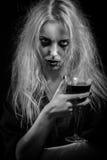 Hexe mit blutigem Glas Lizenzfreie Stockbilder