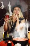 Hexe mit einem Glas Lizenzfreie Stockfotografie