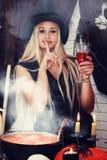 Hexe mit einem Glas, abgetönt Stockfoto