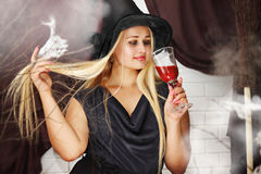 Hexe mit einem Glas Blut Lizenzfreies Stockfoto