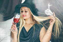 Hexe mit einem Glas Blut, abgetönt Lizenzfreies Stockbild