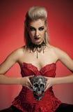 Hexe mit einem Scull Lizenzfreies Stockbild
