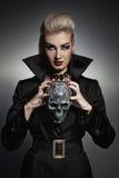Hexe mit einem Scull Stockfotos