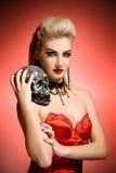 Hexe mit einem Scull Stockbild