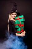 Hexe mit Geschenken Stockbild