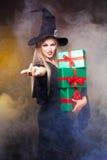 Hexe mit Geschenken Lizenzfreie Stockbilder