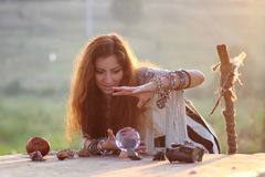 Hexe mit Glaskugel bei Sonnenuntergang Lizenzfreies Stockfoto