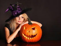 Hexe mit Halloween-Kürbis lizenzfreies stockfoto