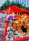 Hexe stellt das Hängen nahe dem Stall am Riga-Weihnachtsmarkt dar Stockbilder