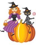 Hexe und eine Katze, die auf einem Kürbis sitzt Stockfotos