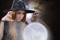 Hexe wirft einen Bann zur Erde Stockbild